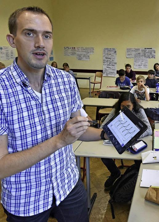 Ausgezeichnet: Patrick Bronner  mit einem Tablet im Unterricht   | Foto: Michael bamberger