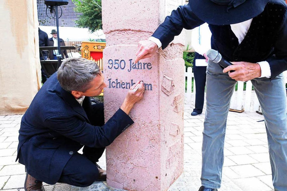 """Ortsvorsteher Ralf Wollenbär (links)  bringt das i-Tüpfelchen auf dem """"Ichenheim"""" an auf der Skulptur von Walter Henninger (rechts) an. (Foto: WOLFGANG KUENSTLE               )"""