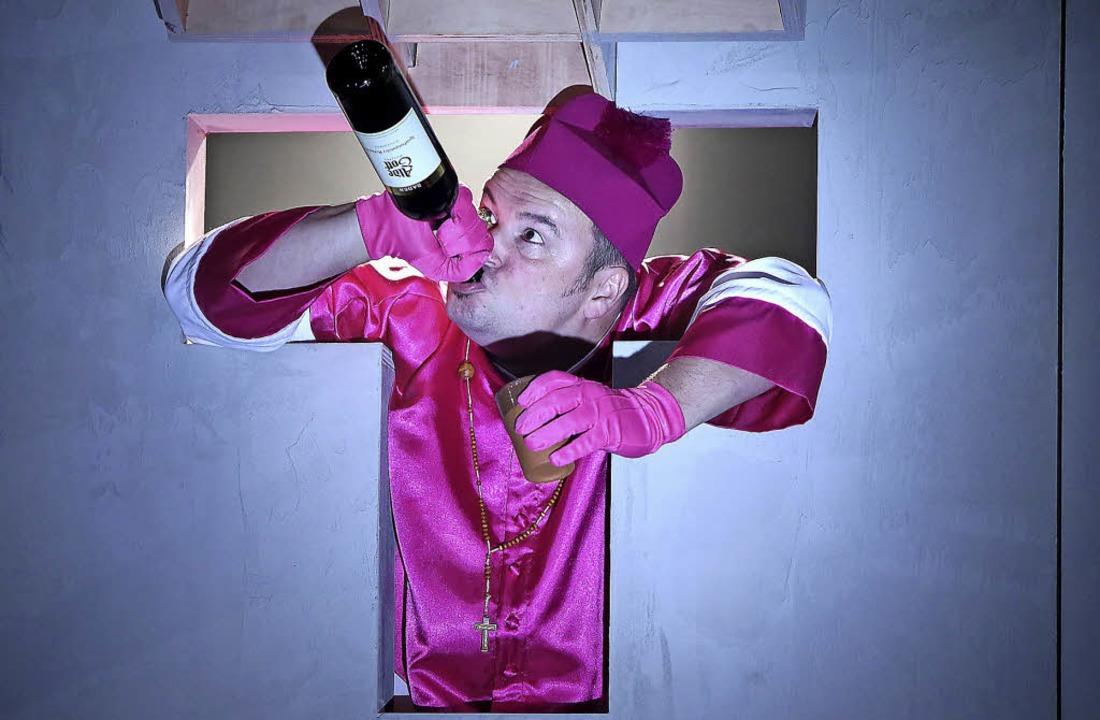 Trinkt der Bischof da nicht aus  einer...rständigung unfähigen Weltreligionen.   | Foto: Christoph Breithaupt