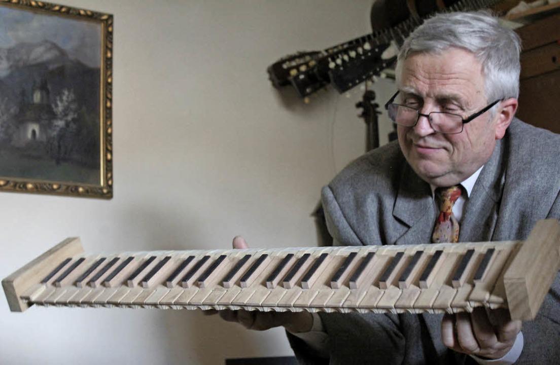 Orgelbauer Herman Binder mit dem Orgelmanual.   | Foto: Christoph Breithaupt (1) / privat