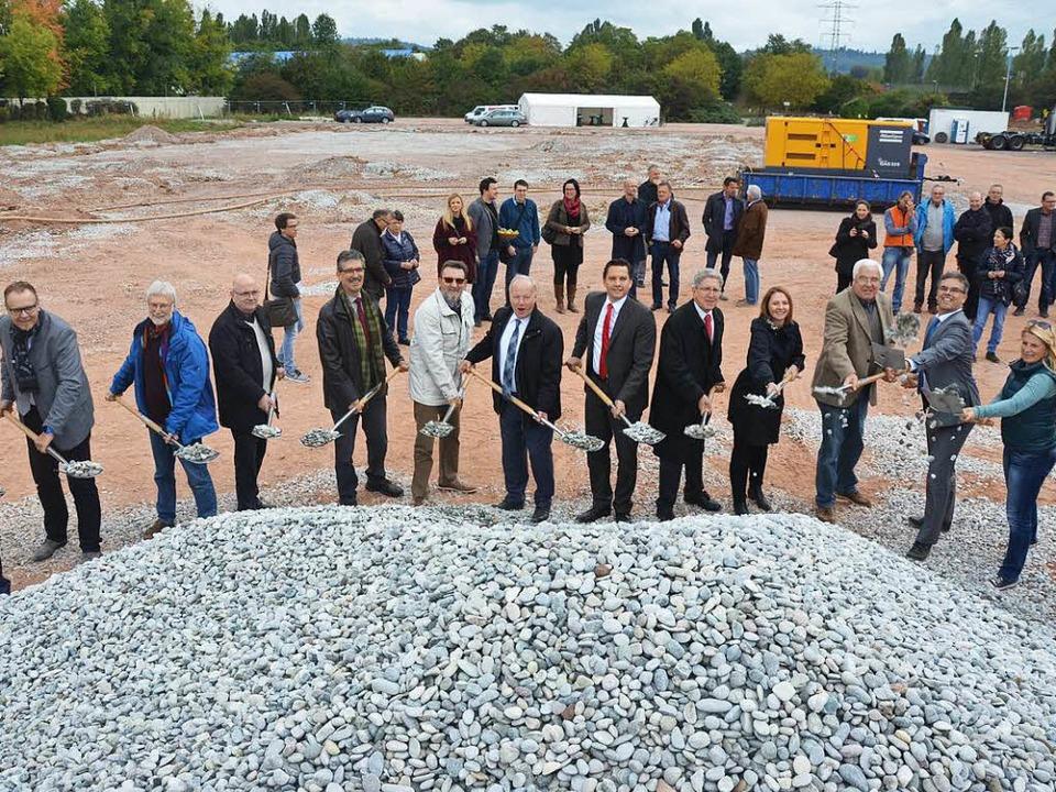 Hoch den Spaten: Der Bau der Halle im Bürgerpark hat begonnen.  | Foto: Mark Alexander