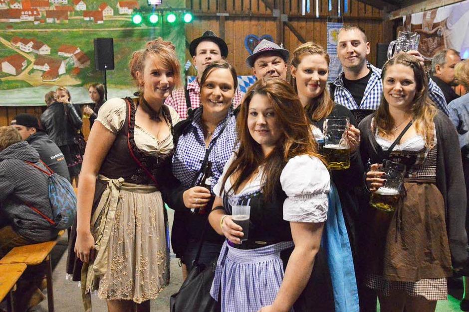 Am Bierbrunnen, an der Cocktailbar und an den Biertischen tummelten sich die Besucher und ließen sich das Bier aus Maßkrügen und die Verköstigung mit Grillgut und Fleischkäse schmecken. (Foto: Horatio Gollin)