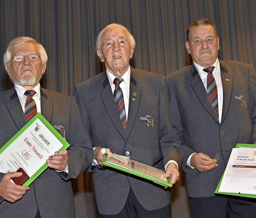 Erwin Treusch singt seit 20 Jahren, Ku...eit 60 Jahren (von links nach rechts).  | Foto: Andrea Steinhart
