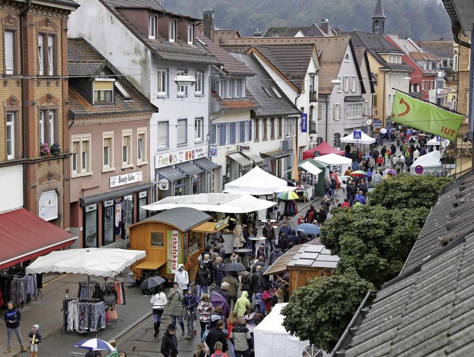 Blick von oben: Trotz des mäßigen Wett...kermarkt zeitweise recht gut besucht.   | Foto: Fotos: Gabriele Zahn