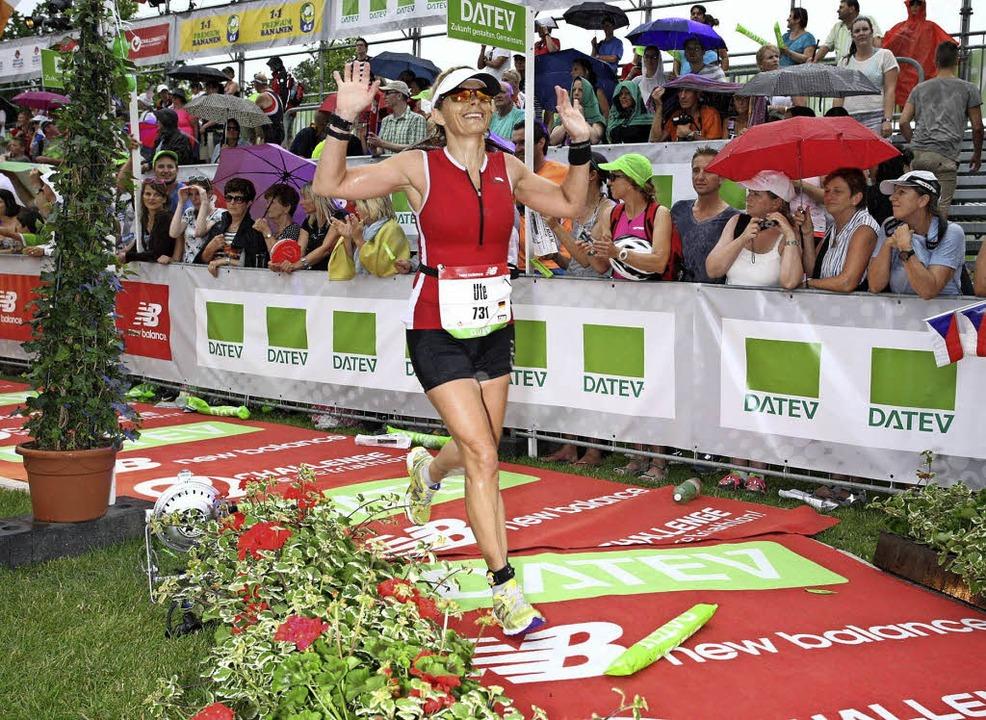 Geschafft: Glücklich durchläuft Ute Großkopf das Ziel beim Ironman auf Hawaii.   | Foto: Volker Forstmeyer