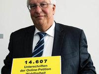 Gymnasiallehrer �bergeben Petition f�r G9