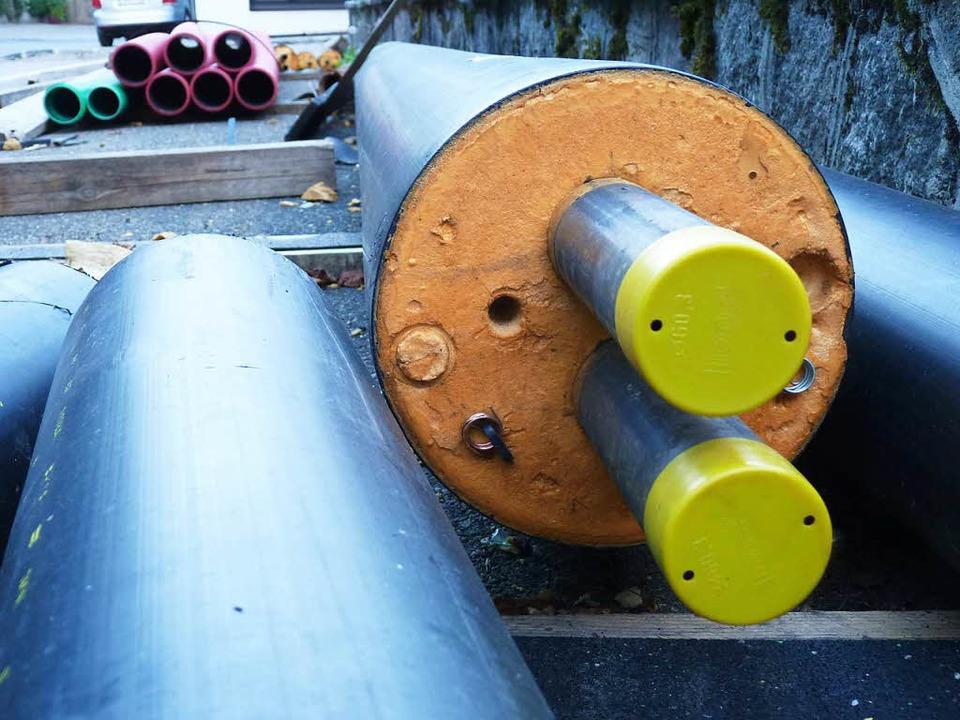 Die Heißwasserleitungen zu den Häusern...e-isolierende Kunststoffrohre gehüllt.  | Foto: Sattelberger