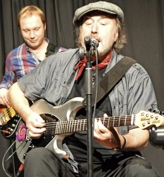 Miller Anderson (vorne) und Bassist Janni Schmidt   | Foto: Adrian Steineck