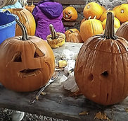 Kreatives K�rbisschnitzen f�r Halloween