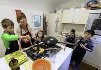 """Im """"Slow-Mobil"""" k�nnen Kinder selbst testen, wie man gesund kocht"""