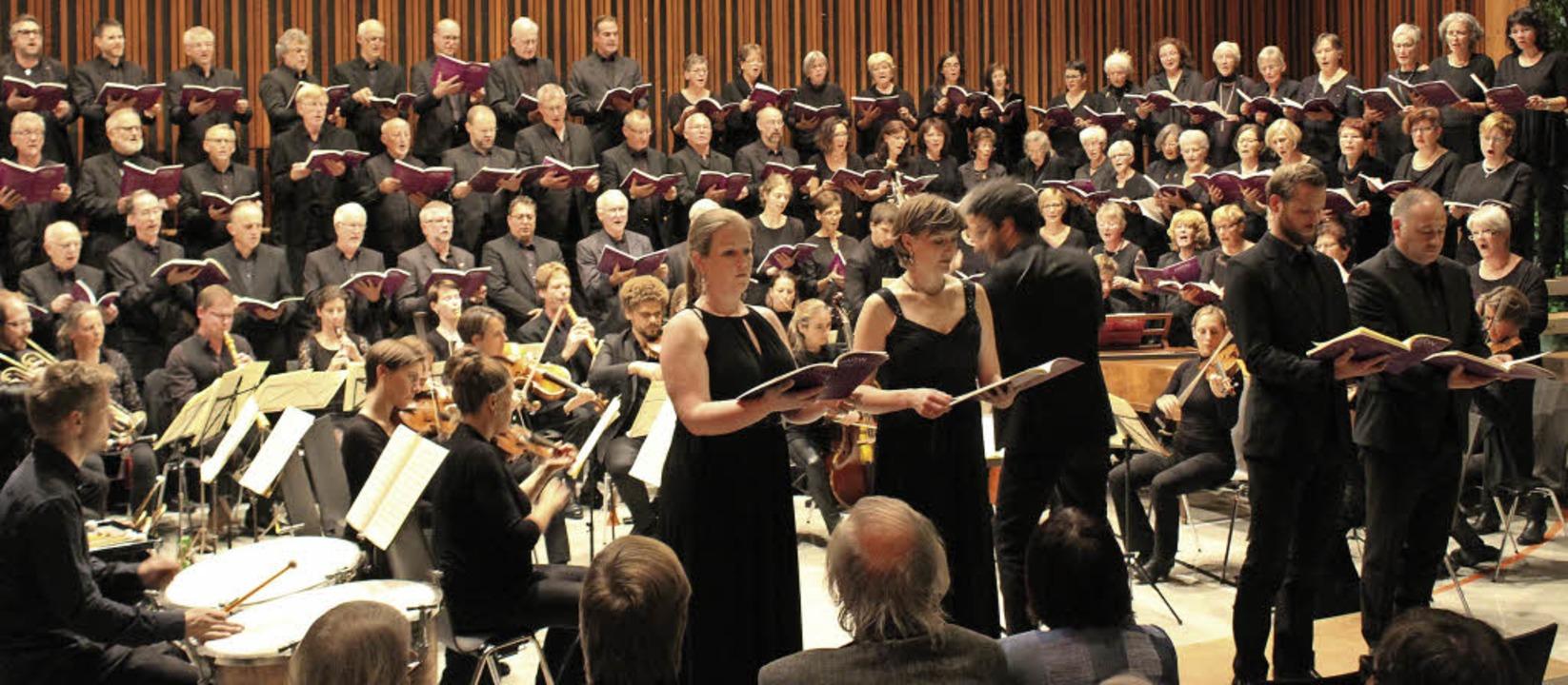 Die mitwirkenden Sänger und Musiker bo... Gundelfingen einen bewegenden Abend.     Foto: Erich Krieger