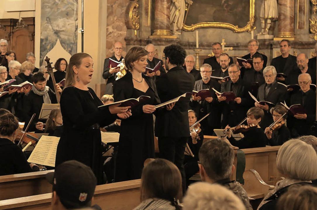 Der Projektchor mit Gastsängerinnen un...nem Haydn-Konzert in St. Bartholomäus.  | Foto: Decoux-Kone