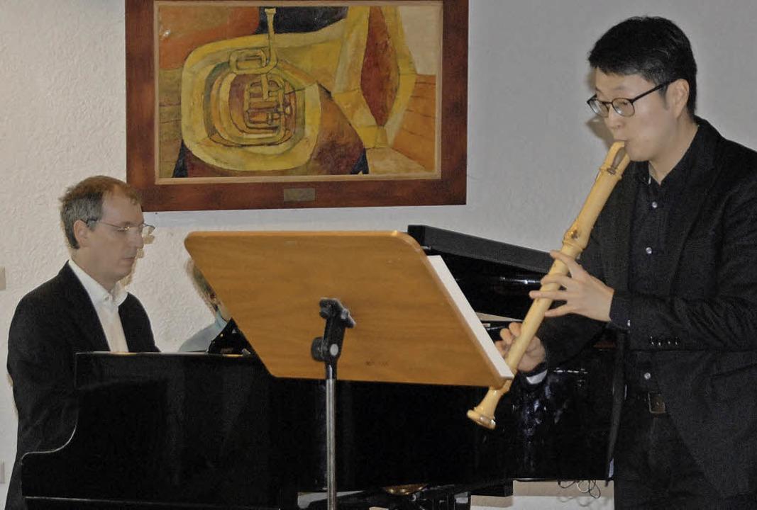 HyeonHo Jeon (Flöte) in Begleitung von...gel) spielten für Schüler und Eltern.   | Foto: Leony Stabla