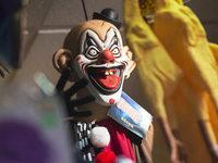 Grusel-Clowns greifen Menschen auf der Stra�e an
