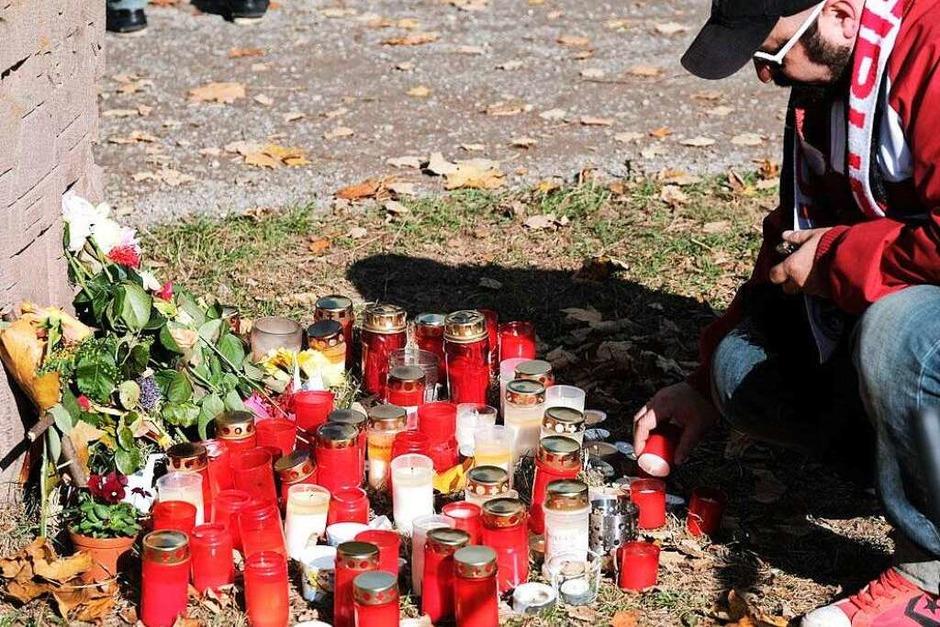 Kerzen und Blumen erinnern am Tatort an die getötete Studentin. (Foto: Miroslav Dakov)