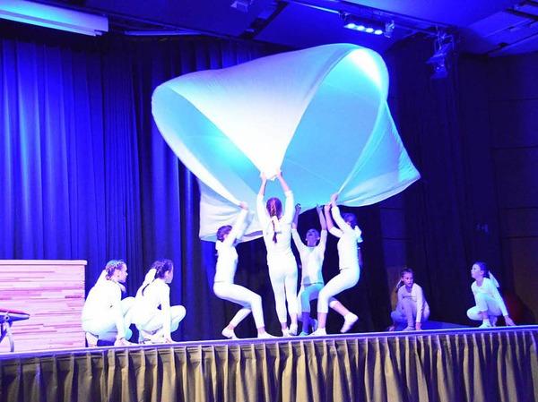 Auf der Bühne wurde jongliert, geturnt; und es gab waghalsige Saltos zu sehen. In den Programmpausen wirbelten die Tanzpaare durch den Bürgersaal.