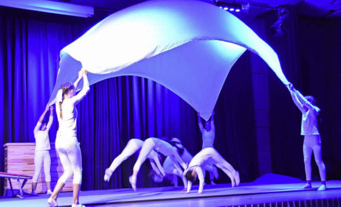 Die Leistungsturnerinnen zeigten eine bezaubernde Darbietung auf der Bühne.     Foto: Horatio Gollin