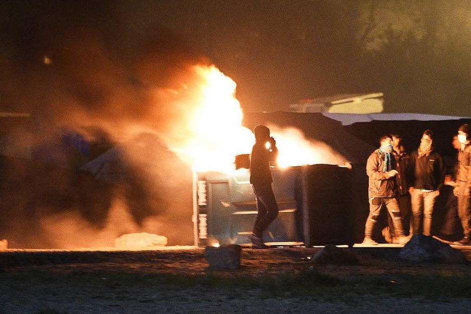 In der Nacht brannten Mülleimer und Teile des Lagers. Morgens reihten sich Hunderte Flüchtlinge auf, um registriert zu werden. Andere versuchen auf eigene Faust, das Lager zu verlassen. (Foto: AFP)