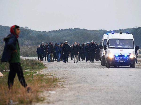 In der Nacht brannten Mülleimer und Teile des Lagers. Morgens reihten sich Hunderte Flüchtlinge auf, um registriert zu werden. Andere versuchen auf eigene Faust, das Lager zu verlassen.