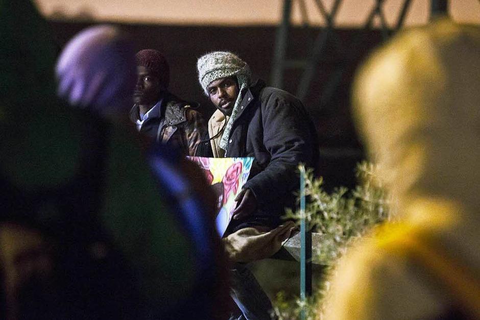 In der Nacht brannten Mülleimer und Teile des Lagers. Morgens reihten sich Hunderte Flüchtlinge auf, um registriert zu werden. Andere versuchen auf eigene Faust, das Lager zu verlassen. (Foto: dpa)