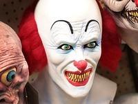 """""""Horrorclown"""" bedroht drei Jungs mit einem Messer"""