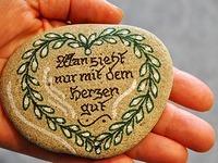 Ehepaar aus Ihringen bemalt Rheinkiesel und legt sie aus