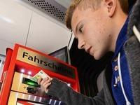 Fahrkarten-Automaten in der Stra�enbahn machen Probleme