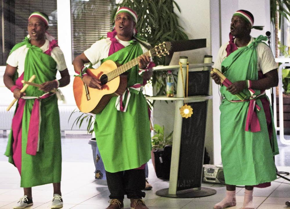 Abbé Alphonse (Mitte) und seine Gruppe... Breisach auch Lieder aus Burundi vor.  | Foto: Manuela Schmitt
