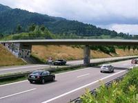 Unfall auf B 31: Polizei sperrt beide Fahrbahnen