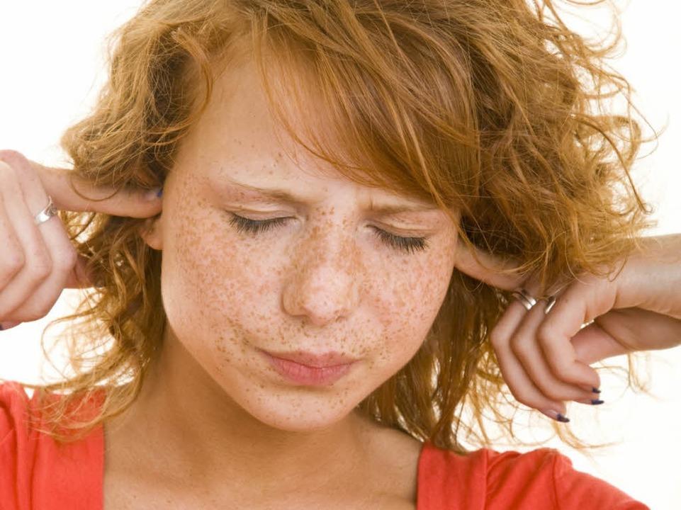 Eine Frau hält sich die Ohren zu. (Symbolbild)  | Foto: fotolia.com/style-photographs