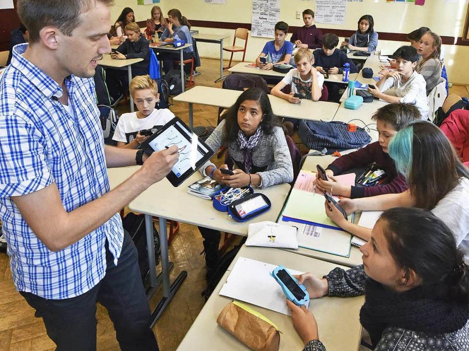 Kein Handyverbot? Im Physikunterricht ...sium sind Tablet und Handy Lehrmittel.    Foto: Michael Bamberger