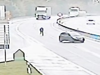 Mann rennt auf Autobahn eigenem Wagen hinterher