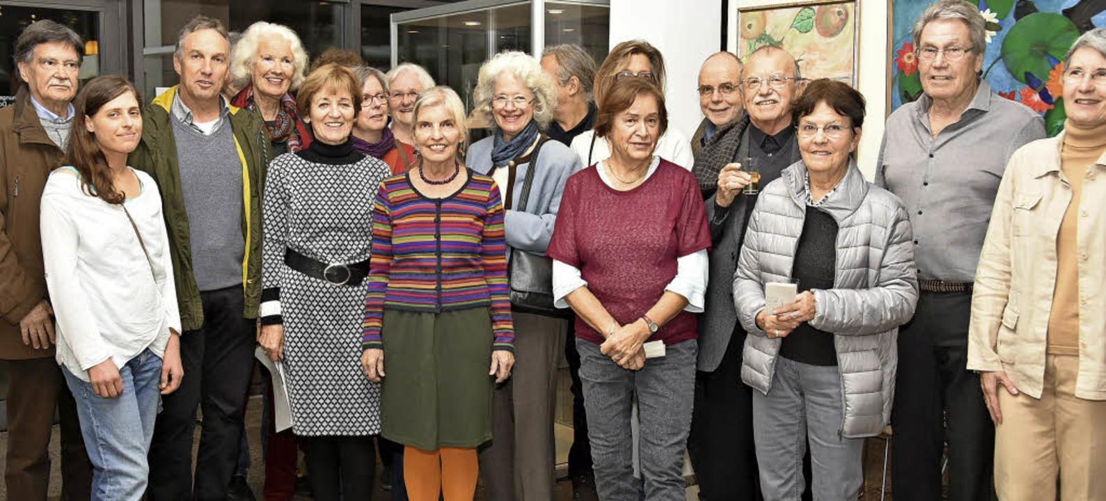 Die Kunstschaffenden  mit ihrer Vorsitzenden Ulrike Bach (Mitte)  | Foto: Andrea Steinhart