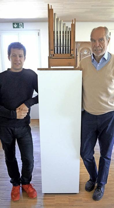 Tilmann und Hartwig Späth mit dem Gese...uniors, einer Orgel im Miniaturformat   | Foto: Julius Steckmeister