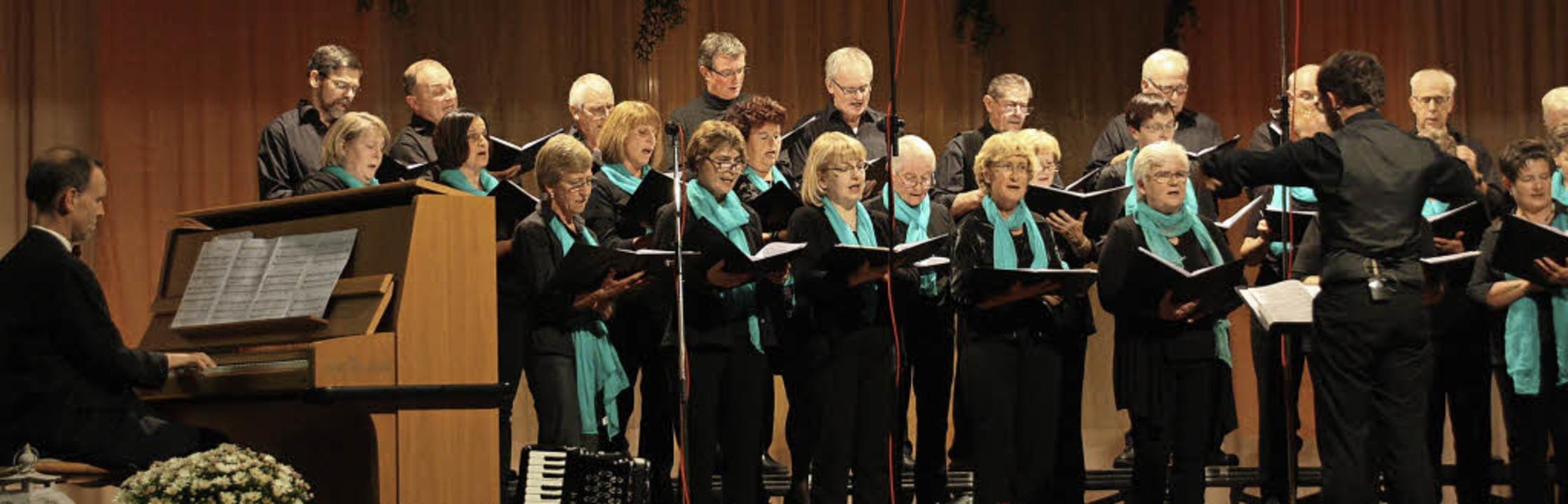Der Chor des Gesangvereins Kaiserstuhl...n Bischof. Am Klavier Christian Nagel.  | Foto: Christiane Franz