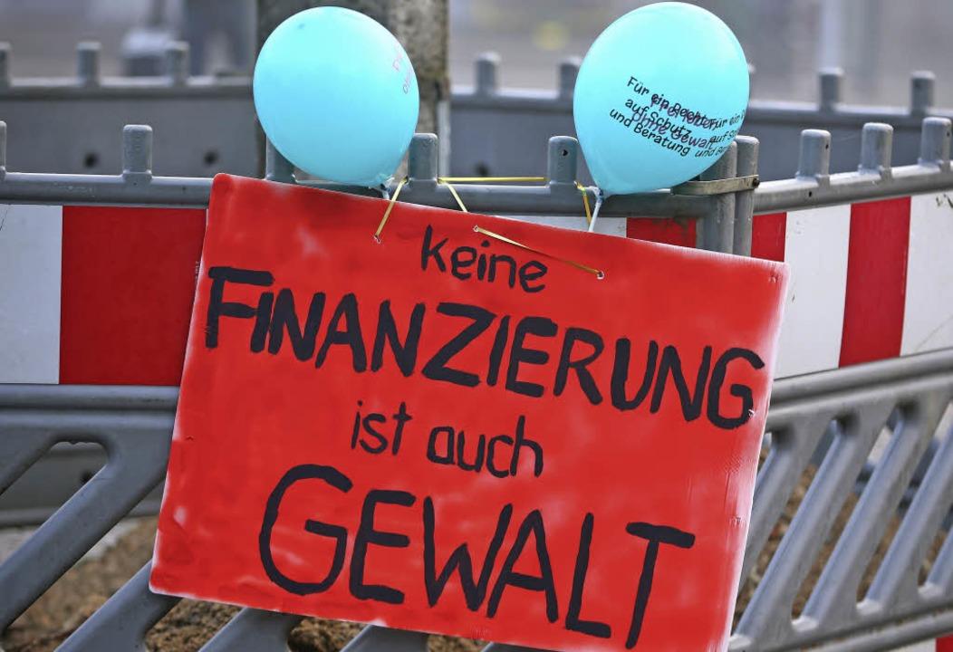 Ein Protestplakat an einem Baustellenzaun  | Foto: Jens Büttner