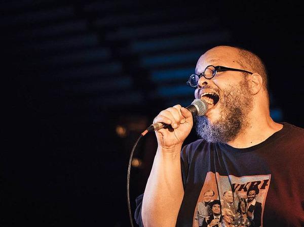 Ed Motta aus Rio de Janeiro spielte mit seiner Band im Freiburger Jazzhaus.