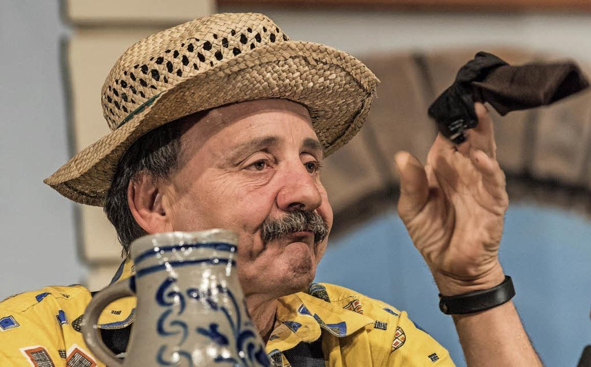 In Loriot-Manier wischt sich Schorsch ...cht, und sorgt für Lacher im Publikum.  | Foto: Alexander Anlicker