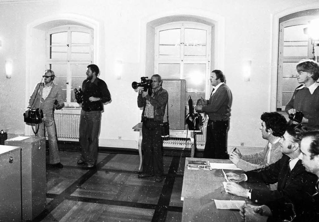 Zwei Kamerateams von ARD und ZDF warte... das Erscheinen der einzigen Wählerin.    Foto: Archiv Fehrenbach