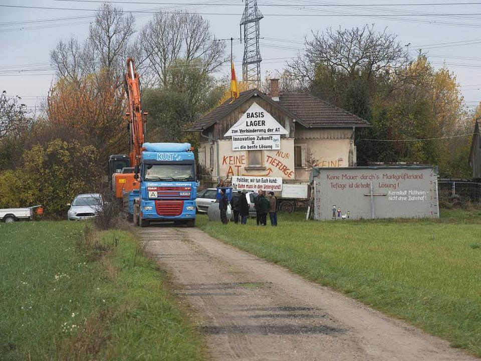 Am Dienstag fuhr schon mal der Bagger ...Bahnwärterhaus dann abgerissen werden.  | Foto: Volker Münch