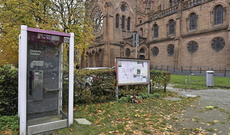 Blumen und Kerzen erinnern an den 51-J...ohanneskirche angegriffen worden war.     Foto: Thomas Kunz