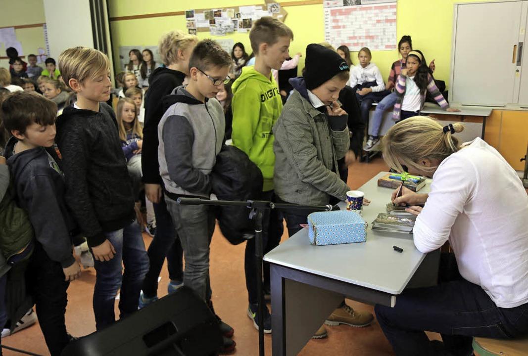 Der Freiburger Autor Patrick Hertweck ...-Gymnasium etliche Bücher zu signieren  | Foto: Presse-AG des Goethe-Gymnasiums