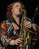 Charismatische Musikerin mit Alto-Sax und Gesang im Haus am See