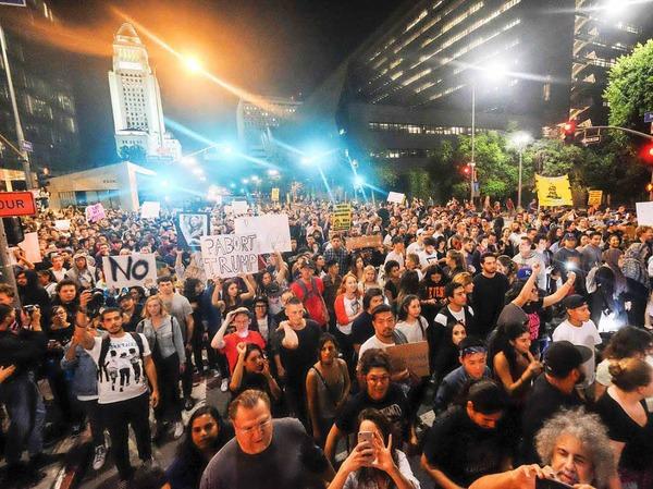 Tausende Demonstranten in Los Angeles blockieren Straßen und versammeln sich vor dem Rathaus. Die meisten Protestaktionen gegen Trump bleiben friedlich, es gibt aber auch Gewaltausbrüche.