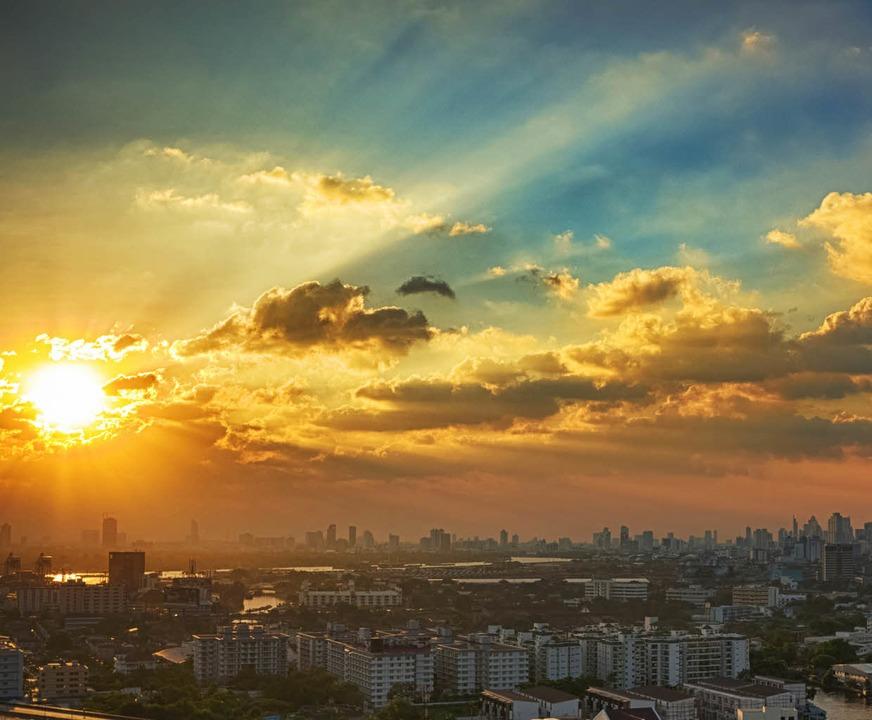 Die globalisierte Welt zieht sich in M...ies zusammen:   Bangkok im Abendlicht   | Foto: timur arbaev
