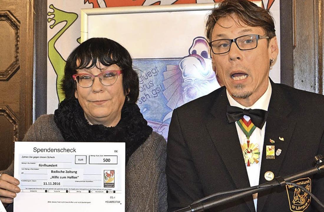 Barbara Ruda mit dem Spendenscheck für die BZ-Weihnachtsaktion  | Foto: Barbara Ruda
