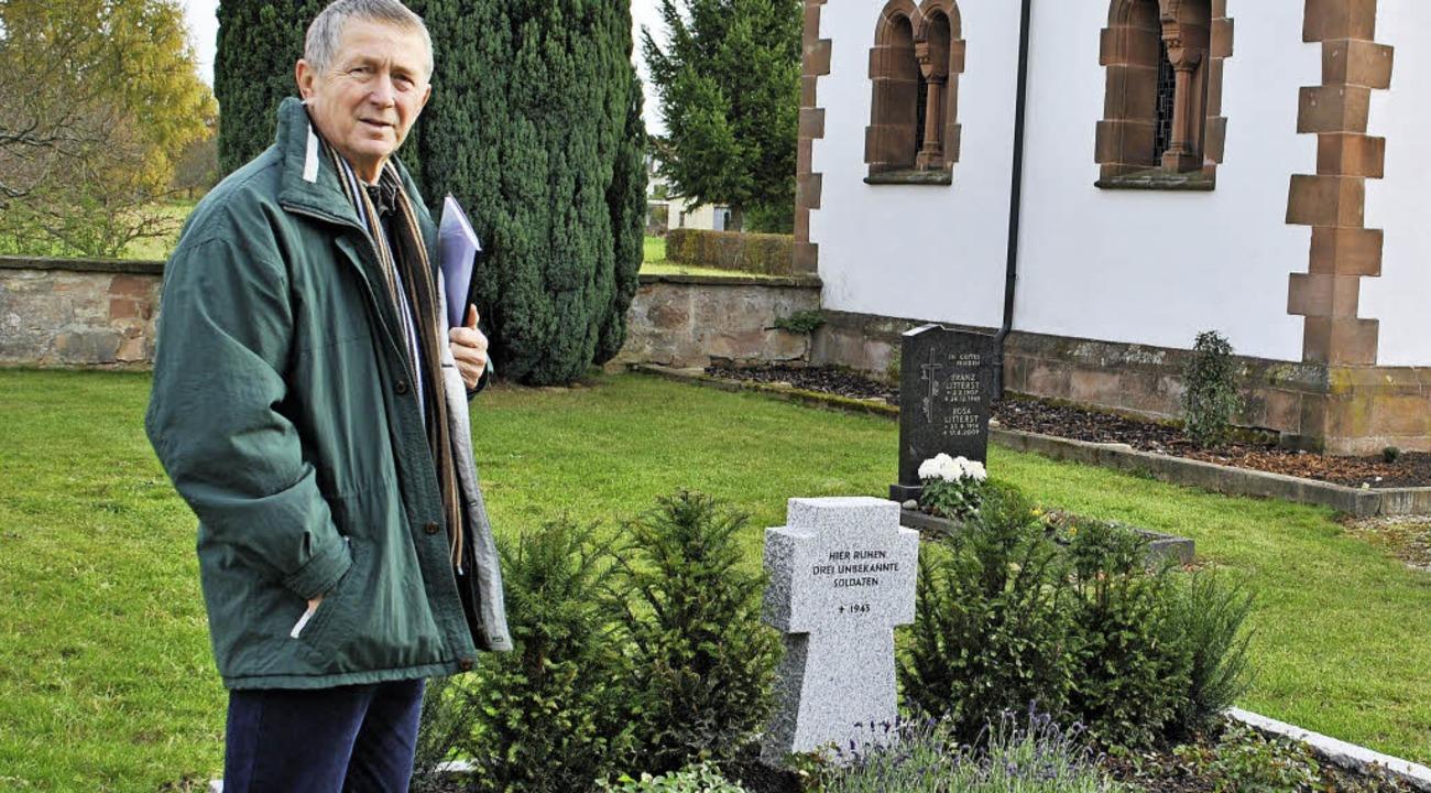 Ulrich Burgert am Grab der drei unbeka...serteure auf dem Bohlsbacher Friedhof   | Foto: Robert Ullmann
