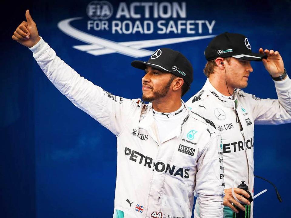 Rivalisierende Kollegen: Der Brite Lew...tung in Führung liegende Nico Rosberg     Foto: dpa
