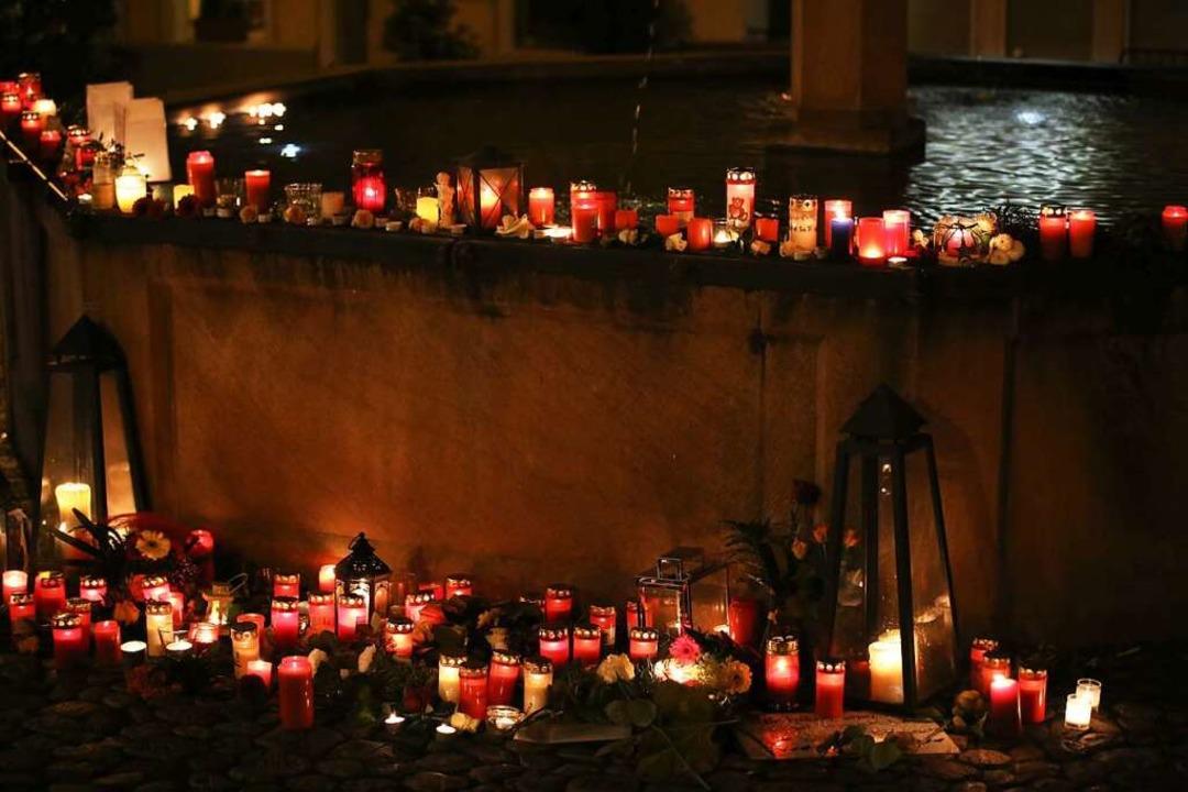 Eine Stadt trauert. Kerzen und Blumen am Endinger Marktplatzbrunnen  | Foto: Hans-Peter Ziesmer
