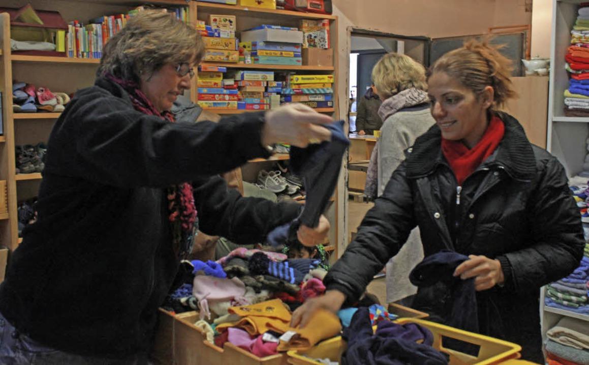 """Im """"Haus 22"""" können Flücht...Kleidung und Haushaltsartikel kaufen.     Foto: Lara Walter"""